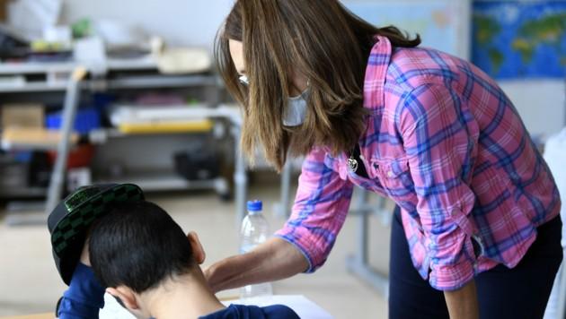 Die NEOS fordern eine verpflichtende Lehrerfortbildung im Sommer und eine Strategie für Distance-Learning. (Bild: APA/HARALD SCHNEIDER)