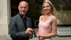 Dompfarrer Toni Faber und Beatrice Körmer mit einer kleinen Peacebell (Bild: Helmut Tremmel)