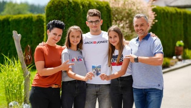 Jonas (Mi.) mit den Schwestern Jana und Laura, den stolzen Eltern Anita und Alexander und einem Foto von Opa Ludwig. (Bild: Wenzel Markus)