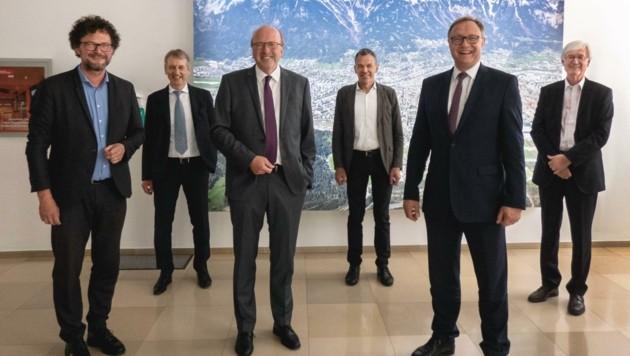 Die Vorstandsmitglieder Thomas Pühringer, Müller und Gasser (vorne von links) blicken mit BM Georg Willi (Mitte) sowie Entstrasser (links) und Gantner auf das Jahr 2019 zurück. (Bild: IKB)