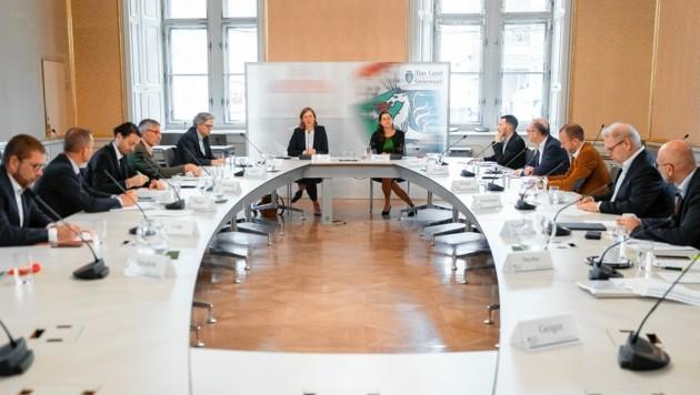 Rauchende Köpfe im Rittersaal des Landhauses: Die Landesrätinnen Doris Kampus (hinten rechts) und Barbara Eibinger-Miedl suchten mit Experten nach Auswegen aus der Jobkrise. (Bild: Land Steiermark/Drechsler)