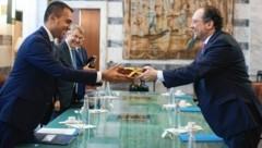 Italiens Außenminister Luigi Di Maio bekam von seinem österreichischen Amtskollegen Alexander Schallenberg eine Sachertorte als Gastgeschenk. (Bild: BMEIA/ Michael Gruber)