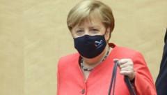 Bundeskanzlerin Angela Merkel begab sich mit Mund-Nasen-Schutz in den Bundesrat in Berlin, wo sie eine Rede über die Ziele der deutschen EU-Ratspräsidentschaft hielt. (Bild: APA/dpa/Wolfgang Kumm)