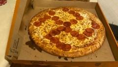 Beim Anblick des Hakenkreuz-Symbols auf ihrer Pizza ist den Laskas der Appetit schnell wieder vergangen. (Bild: misty laska/twitter.com)