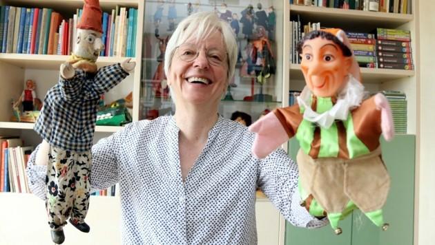 Beatrix Müller-Kampel mit zwei Besonderheiten: einer sonst lustigen Figur, die auf diesem alten Modell traurig aussieht (links) und dem bekannten Urania-Kasperl. (Bild: Christian Jauschowetz)