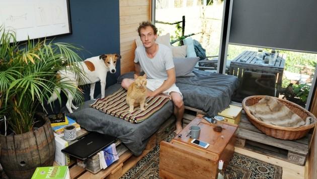 """ Mario Neuwirth lebt mit Hund """"Corso"""" und Kater """"Hucky"""" im Container. (Bild: Crepaz Franz)"""
