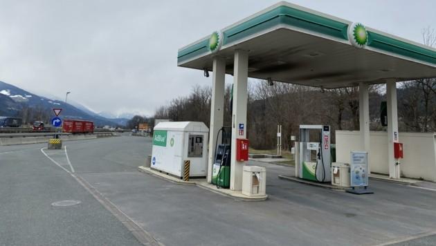 Ein Bild sagt mehr als viele Worte: Die Tankstelle an der Autobahnraststätte Vomp wird eher selten von Lastern genutzt. (Bild: Meinert Claus)