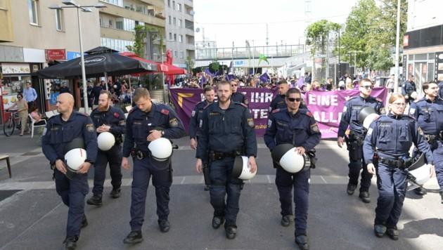 """Teilnehmer bei der Demonstration """"Das Problem heißt Männergewalt"""" zum Straßenfest """"30 Jahre Ernst Kirchweger Haus"""" am Samstag, 4. Juli 2020, in Wien."""