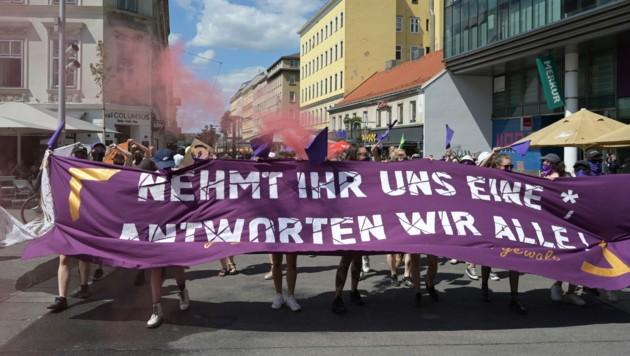 """Bei der Frauen-Demonstration """"Das Problem heißt Männergewalt"""" hatte die Polizei wenig zu tun. (Bild: APA/HERBERT P. OCZERET)"""
