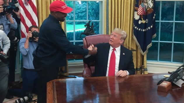 US-Präsident Donald Trump bei einem Treffen mit Kanye West im Oval Office im Weißen Haus (Bild: APA/Photo by SEBASTIAN SMITH / AFP)