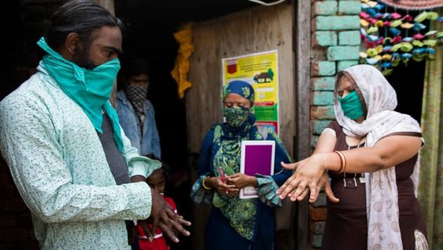 In Indien helfen eine Million Frauen bei der Eindämmung des Virus.