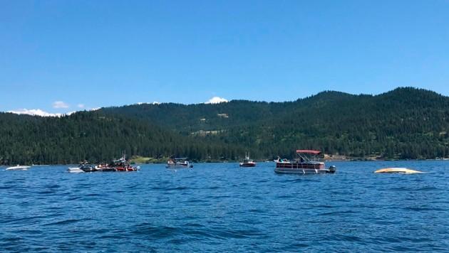 Über dem See krachten die beiden Kleinflugzeuge zusammen. (Bild: AP)