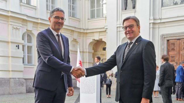 LH Günther Platter und sein Südtiroler Kollege Arno Kompatscher freuen sich über das neue Euregio-Büro in Bozen.