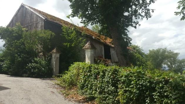 Der Bauernhof in Henndorf verfällt, der Besitzer hat Pläne, die Gemeinde weiß davon nichts (Bild: HL)