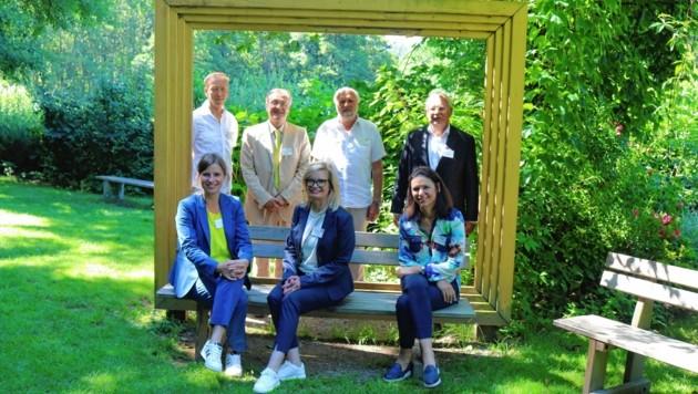 Hoher Besuch am Affenberg. Wiens Uni-Rektor Heinz W. Engl (hinten rechts) betonte die gute Zusammenarbeit mit Peter und Svenja Gaubatz und Lena Pflüger. (Bild: Fischer Claudia)