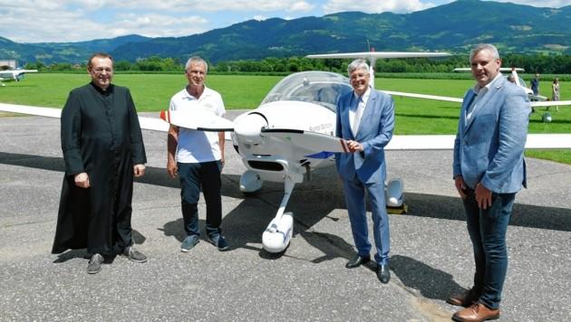 Stronski, Feldenczer, Kaiser, Primus bei der Flugzeugsegnung (Bild: Fritz-Press GmbH)