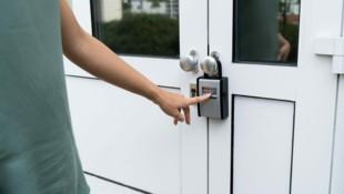 Ob ein Schlüsseltresor Versicherungsschutz bietet, muss abgeklärt werden (Symbolbild). (Bild: ©Andrey Popov - stock.adobe.com)