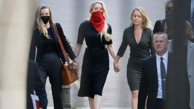 Amber Heard kam Hand in Hand mit ihrer Schwester und ihrer Anwältin ins Gericht nach London.