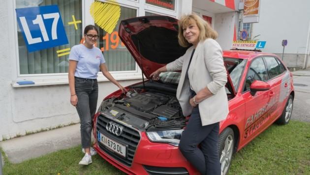 Bei der Fahrschule Staudinger kostet der Autoführerschein mit 1199 Euro am wenigsten. Aufgrund der starken Nachfrage wird Fahrschülerin Isabella (li.) von Chefin Ilse unterrichtet. (Bild: Haijes Jack)