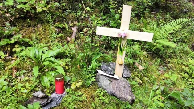 Freunde von Alexander stellten am Montag an der Unfallstelle ein Kreuz und eine Kerze auf. (Bild: ZOOM.TIROL)