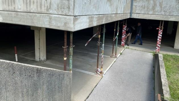In der Thürnlhof-Siedlung müssen Garagen teilweise mit Stehern provisorisch abgestützt werden. (Bild: FPÖ)