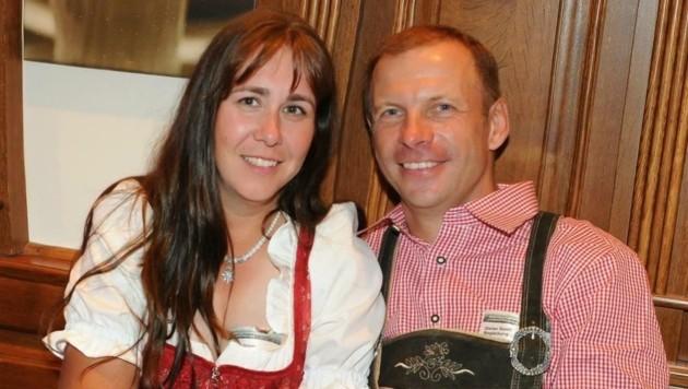 Das Brautpaar: Andrea Grauer und Dieter Senft bedankten sich bei Schalke 04. (Bild: Grauer)