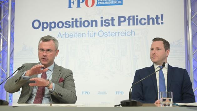 """FPÖ-Generalsekretär Michael Schnedlitz (r.) empfahl seine Partei als """"Unkrautbekämpfungsmittel"""" gegen Zuwanderung und lobte den Sager von Parteichef Norbert Hofer (l.), dass der Islam gefährlicher als das Coronavirus sei. (Bild: APA/HERBERT P. OCZERET)"""