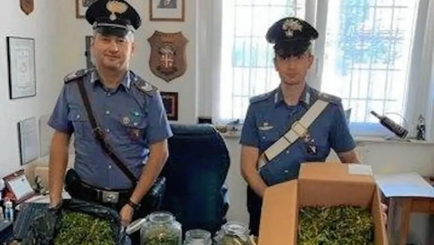 Diese beiden Carabinieri sollten ursprünglich nur einen Streit zwischen zwei Kärntner Nachbarn schlichten. Dann aber folgten sie ihren Nasen. (Bild: lavocedibolzano.it)