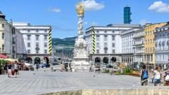 Pötzlich ein Blickfang: die renovierte Pestsäule, barockes Juwel am Linzer Hauptplatz (Bild: Harald Dostal)
