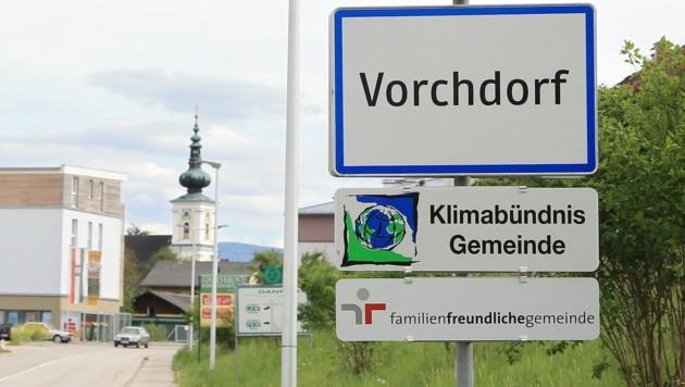 In Vorchdorf wurden bereits fünf Ortsschilder abmontiert. Ein Lausbubenstreich wird ausgeschlossen. (Bild: Helmut Klein)