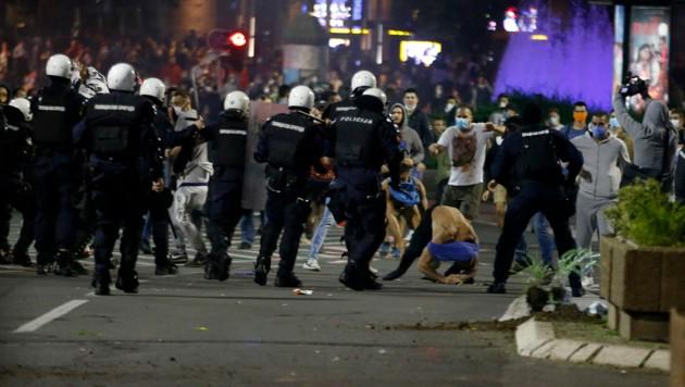 Die serbische Polizei stieß am Dienstagabend in Belgrad mit Demonstranten zusammen. Dabei wurden 43 Polizisten und 17 Demonstranten verletzt. (Bild: AP)