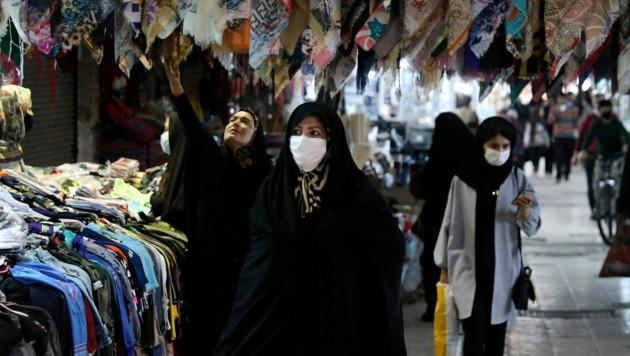 Auf dem großen Bazar von Zanjan, 330 Kilometer westlich der iranischen Hauptstadt Teheran, tragen fast alle Besucher einen Mund-Nasen-Schutz. (Bild: AP)