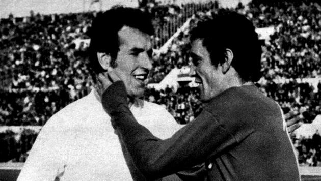 Hof (li.) 1971 bei einem Länderspiel gegen Italien mit Luigi Riva (Bild: -)