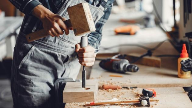 Trotz Lockdown und Feiertagen arbeiten unsere heimischen Handwerker (Symbolfoto). (Bild: © prostooleh - stock.adobe.com)