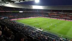 So voll wie auf diesem Bild wird man das Stadion von Feyenoord Rotterdam wohl nicht so schnell wieder sehen ... (Bild: Hannes Maierhofer)