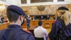 Klodjan F. (32) zu Prozessbeginn im Landesgericht Salzburg. Als Verteidiger fungierten Nikolaus Rast und Kurt Jelinek (l.) (Bild: Tschepp Markus)
