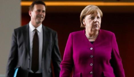 Deutschlands Bundeskanzlerin Angela Merkel mit ihrem Sprecher Steffen Seibert (Bild: AFP)