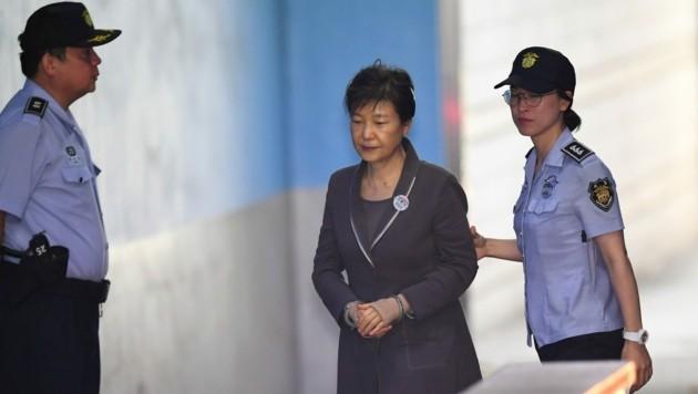 Park Geun Hye bei ihrer Verhaftung im August 2017. (Bild: JUNG Yeon-Je / AFP)