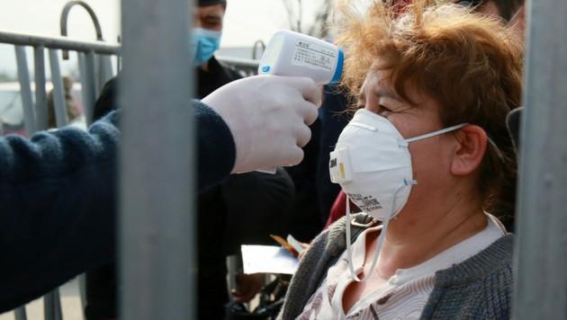 Fiebermessung an einem Checkpoint in der Großstadt Alamty (Bild: APA/AFP/Ruslan PRYANIKOV)