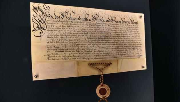 Die Urkunde des Erzbistums Salzburg, mit der 1678 das Brauen und die Ausschank von Bier an Ludwig Jobst verliehen wurde. Jobst wurde zum ersten freien Bierbrauer Tirols. Der Betrieb ist seither in Familienbesitz. (Bild: Hubert Berger)