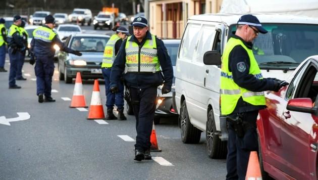 Polizeikontrollen in der australischen Stadt Albury (Bild: AFP)