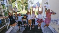 Die Schüler der 3B in Maxglan erhielten ihr Zeugnis am Freitag in zwei Tranchen. Die ersten acht Kinder starteten bereits um kurz nach halb 9 Uhr in die wohlverdienten Sommerferien, die zweite Gruppe ab halb 10. (Bild: Tschepp Markus)