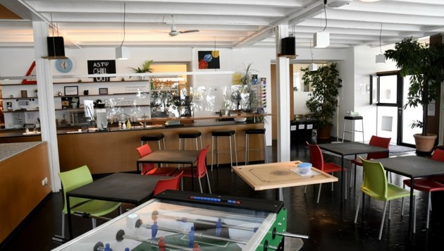 Die Anlaufstelle im Erdgeschoss ähnelt einem Jugendzentrum. (Bild: Andreas Fischer)