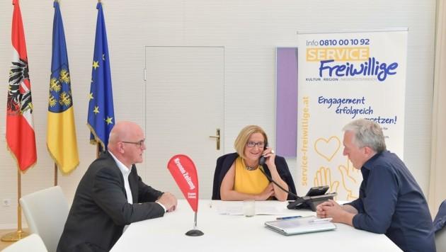 """Direkt am """"Krone""""-Telefon: Konrad Tiefenbacher, Johanna Mikl-Leitner und Martin Lammerhuber (von links). (Bild: NLK Pfeiffer)"""