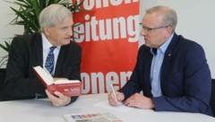 """Der Innsbrucker Anwalt Dr. Ivo Greiter - im Gespräch mit """"Krone""""-Redakteur Markus Gassler - kämpft seit Jahren für die Halbierung des Weisungsrechtes. Ein Justizminister soll Anklagen von der Staatsanwaltschaft einfordern, aber nicht einstellen lassen können. (Bild: Christof Birbaumer)"""