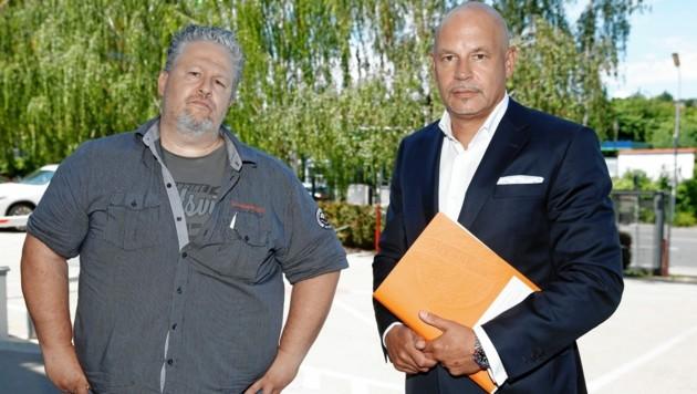 Kämpferisch: Ex-Betriebsrat Richard Brandl (li.) mit Anwalt Johannes Bügler (Bild: Reinhard Holl)