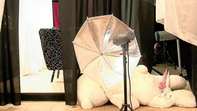 In diesem Studio sollen Tausende kinderpornografische Bilder entstanden sein. (Bild: Polizei)