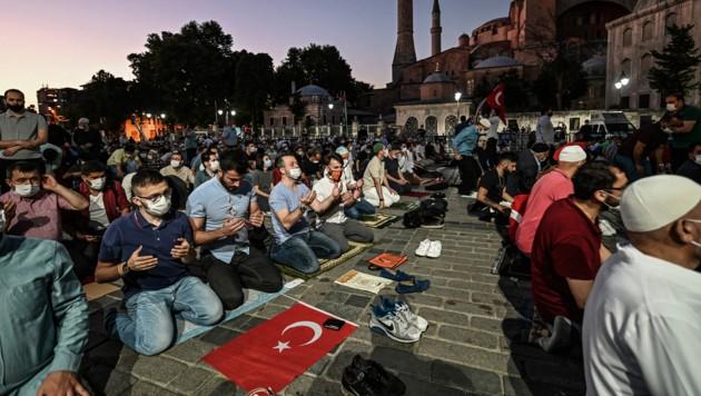 Muslime beten vor der Hagia Sophia in Istanbul.