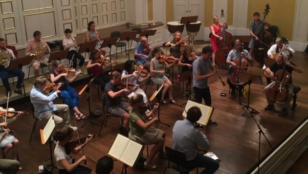 Die Camerata Salzburg bei der Generalprobe für die ersten fünf Mozart-Konzerte nach dem Lockdown im Großen Saal der Stiftung Mozarteum. Abends wird zweimal gespielt. (Bild: Shane Woodborne, Camerata Salzburg)