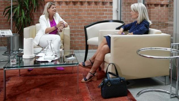 Verteidigungsministerin Klaudia Tanner beim Interview im büroeigenen Wintergarten mit Edda Graf
